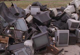 908548912-l'ecran-du-televiseur-bric-a-brac-decharge-d'ordures-valorisation-des-dechets